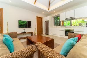 Гостиная зона в Rawai Ka 4-Bedroom Villa