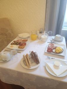 Breakfast options available to guests at Bay Lodge