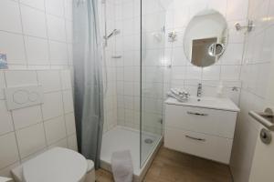 A bathroom at Hotel-Pension Achtern Diek