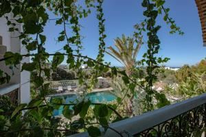 A view of the pool at Le Riad Villa Blanche or nearby