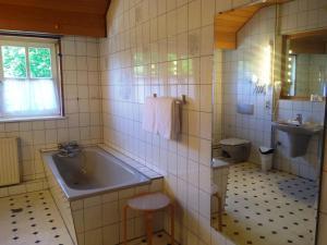Ein Badezimmer in der Unterkunft Tepe's Gasthof