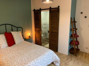 A bed or beds in a room at Le Clos Saint Aignan