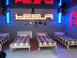 Кровать или кровати в номере Tesla Motel