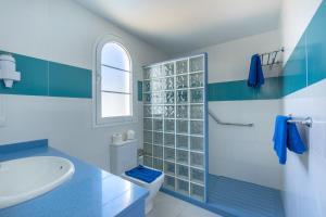A bathroom at Apartamentos Corona Mar
