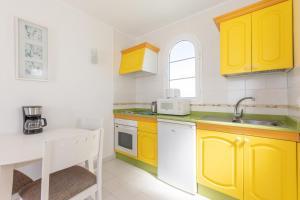 A kitchen or kitchenette at Apartamentos Corona Mar