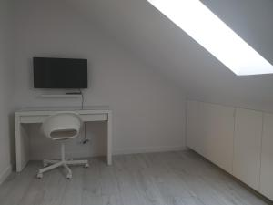 TV a/nebo společenská místnost v ubytování Apartament Świętojańska