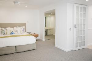 A bed or beds in a room at Netanya Noosa