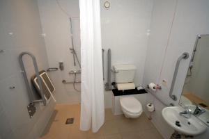 A bathroom at Holiday Inn Express Sheffield City Centre