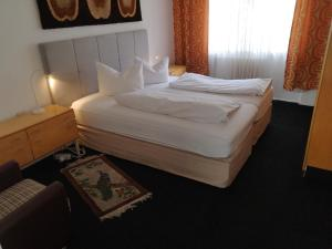 A bed or beds in a room at M M Central Vintage Family, Handwerker und Monteure Apartments