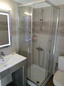 Ένα μπάνιο στο Ξενοδοχείο Ακτή - Λιακάδα