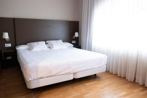 A bed or beds in a room at Balneario de Mondariz