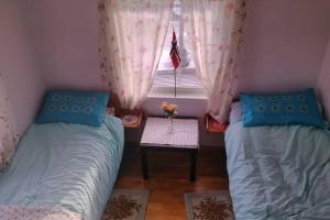 Ein Bett oder Betten in einem Zimmer der Unterkunft Lofoten Apartment + Rooms - Skrova