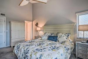A bed or beds in a room at Sunny Condo with Pool Walk to Indian Shores BCH