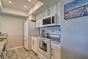 A kitchen or kitchenette at Sunny Condo with Pool Walk to Indian Shores BCH