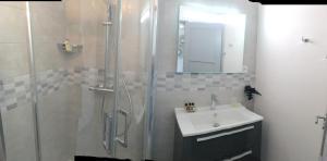 A bathroom at LE PONT NEUF 61