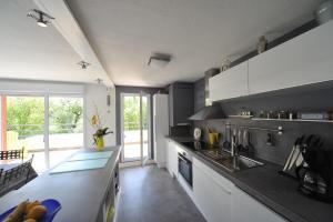 Cuisine ou kitchenette dans l'établissement Magic Moments Appartement