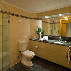 A bathroom at Darling Harbour Getaway
