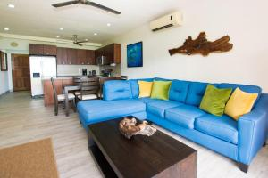 A seating area at Recent remodeled 2-bedroom beachfront condo