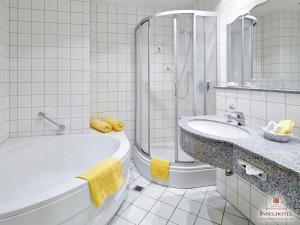 Ein Badezimmer in der Unterkunft Inselhotel VierJahreszeiten