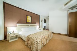 Een bed of bedden in een kamer bij Helena Sands