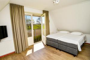 A bed or beds in a room at Waddenduyn 2