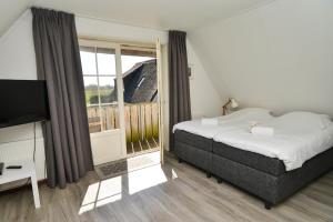 A bed or beds in a room at Waddenduyn 8