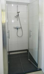 A bathroom at Waddenduyn 8