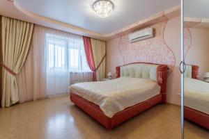 Кровать или кровати в номере EtazhiDaily at Belinskogo 177a