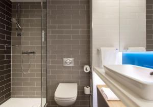 A bathroom at Holiday Inn Express Edinburgh City Centre
