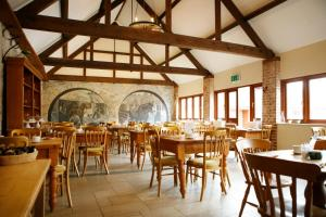 A restaurant or other place to eat at Kingston Country Courtyard