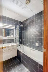 A bathroom at Contact Hôtel Limoges - HOTEL DES DEUX MOULINS - Ex HOTEL BONI