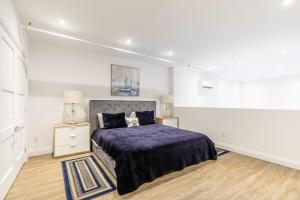 A bed or beds in a room at Simply Comfort - DUNDURN LOFTS