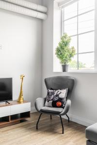 A seating area at Simply Comfort - DUNDURN LOFTS