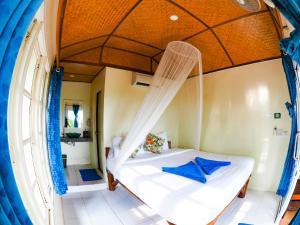 سرير أو أسرّة في غرفة في Bubble Bungalow