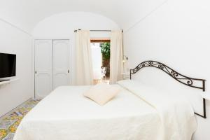 A bed or beds in a room at Hotel Conca d'Oro