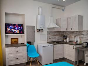 Кухня или мини-кухня в  La Casa Di Bury Apartments 2