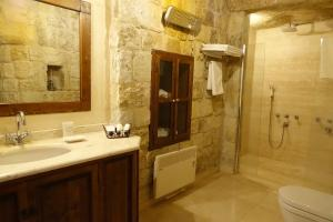 A bathroom at Esbelli Evi Cave Houses