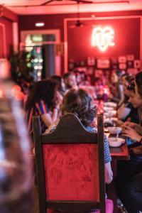 Um restaurante ou outro lugar para comer em Home Lisbon Hostel