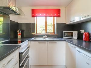 A kitchen or kitchenette at Swallow Cottage