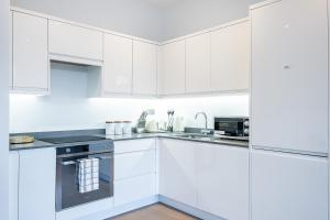 A kitchen or kitchenette at En Maison Luxury St Albans 1&2 Bedroom Apartments - Free Parking & Free Wifi - 18 mins to Central London