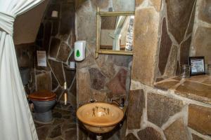 A bathroom at Rostock Ritz Desert Lodge