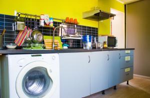 Кухня или мини-кухня в U Hostel