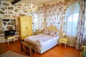 A bed or beds in a room at Sari Gelin Alacati Hotel