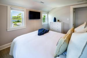 A bed or beds in a room at Lovely Cape Escape - Walk to Colonial Acres Beach! home