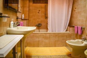 A bathroom at Olimpia B&B