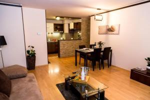 A seating area at Arpad Bridge Apartments