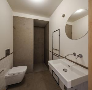 A bathroom at Aparthotel Oporto Anselmo
