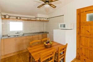 Küche/Küchenzeile in der Unterkunft Apartamentos Sa Caleta