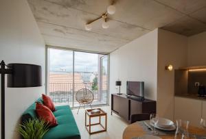 A seating area at Aparthotel Oporto Anselmo