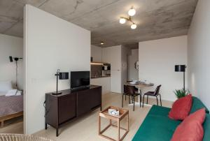 A television and/or entertainment center at Aparthotel Oporto Anselmo